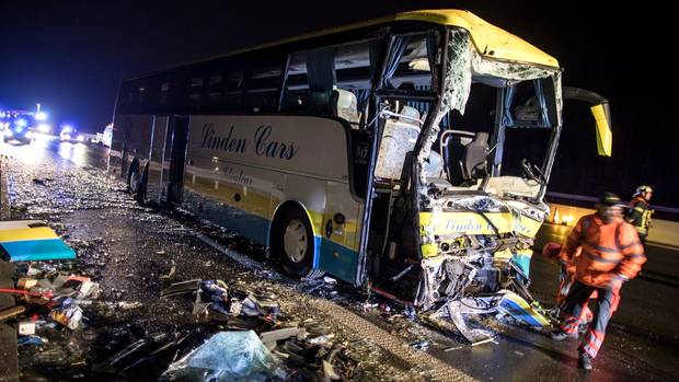 Reisebus in Bayern verunglückt - viele Verletzte