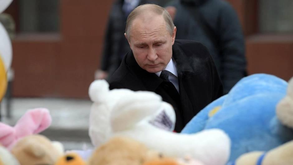 Wladimir Putin besucht den Unglücksort in Kemerowo.