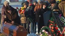 Begräbnisfeierlichkeiten in Perm: Angehörige trauern um die Opfer des Brandes in einem Nachtklub