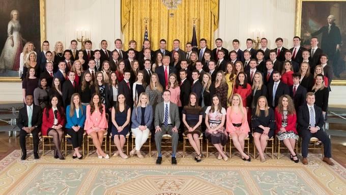 Aufregung im Netz: Weißes Haus veröffentlicht Foto mit neuen Praktikanten - Twitter-User reagieren wütend