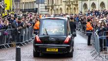 Der Sarg von Stephen Hawking wird zu der Kirche St. Mary the Great im Zentrum von Cambridge gebracht