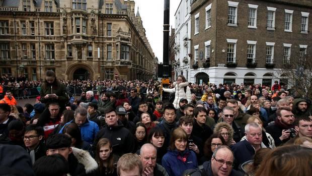 Tausende Fans versammelten sich, um Abschied von Stephen Hawking zu nehmen