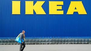 Ikea-Mitarbeiter packen aus