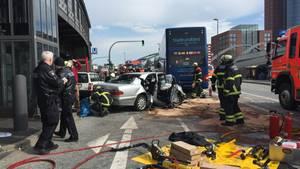 Nachrichten aus Deutschland: Verkehrsunfall in Hamburg: Pkw kollidiert mit Doppeldeckerbus - elf Verletzte