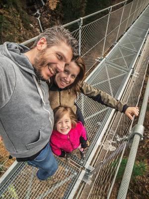 Kleine familiäre Mutprobe  Ein zauberhaftes Tal, ein Wasserfall und dazwischen eine Hängebrücke in gut 60 Metern Höhe. Die schmale, rund 100 Meter lange Brücke im Val di Rabbi ist eine kleine Mutprobe. Wer sie wagt, bekommt eine herrliche Aussicht auf das Tal und den Wasserfall des Rio Ragaiolo. Für Hunde ist der luftige Spaziergang nichts. Die Lauffläche besteht aus Stahlgitter, das die Ballen der Vierbeine verletzen kann. Vor dem Vergnügen wartet etwas Arbeit: Gute 30 Minuten ist man zu Fuß vom Parkplatz Rabi Fonti unterwegs.