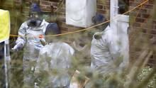 Ermittler arbeiten im Haus des früheren russischen Geheimdienstoffiziers Sergej Skripal