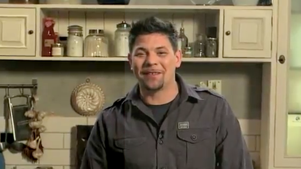 Tim Mälzer steht in einer Küche an der Arbeitsplatte. Vor ihm ein großern Teller mit geschältem Spargel