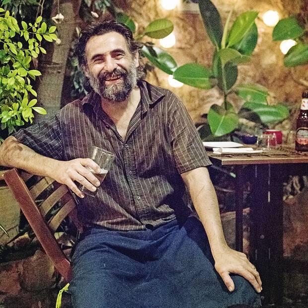 """Ein Päuschen gönnt sich der Besitzer und Küchenchef des Restaurants """"Pegasón y el Pajarito Enmascarado""""."""