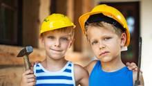 Kinder sollen auch mal hämmern - selbst wenn sie sich ab und zu auf den Daumen hauen.