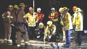 Feuerwehrmänner suchen in einem Loch in der Nähe des LA River nach dem 13-jährigen Jesse Hernandez