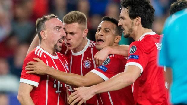 FC Bayern dreht das Champions League Spiel beim FC Sevilla - Ribéry, Kimmich, Thiago und Hummels jubeln
