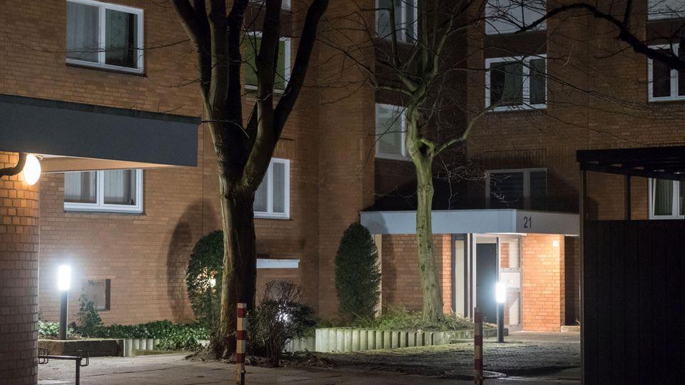nachrichten aus deutschland: Blick auf den Eingang zu einem Mehrfamilienhaus, in dem am Vorabend zwei Tote entdeckt wurden.