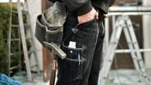 Jede vierte Ausbildung wird vorzeitig abgebrochen: Ein Auszubildender steht auf einer Baustelle in Berlin