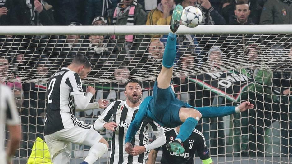 Cristiano Ronaldo liegt waagerecht in der Luft und erzielt das 2:0 gegen Juventus Turin in der Champions League