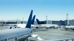 Stehende Flugzeuge an einem Flughafen