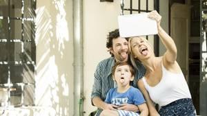 Eine Frau fotografiert ihre Familie für einen Instagram-Post.