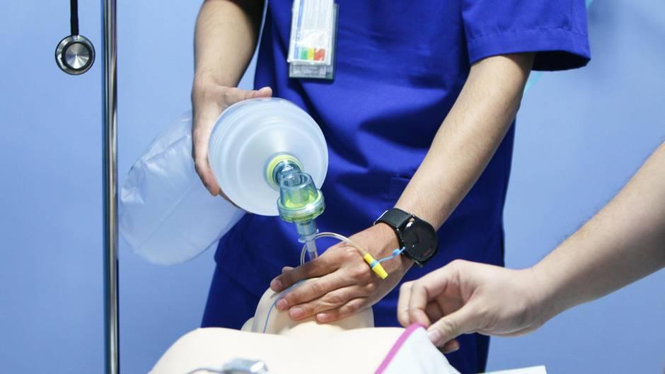 Behandlungsfehler von Ärzten: Zwei Ärzte versetzen einen Patienten in Narkose