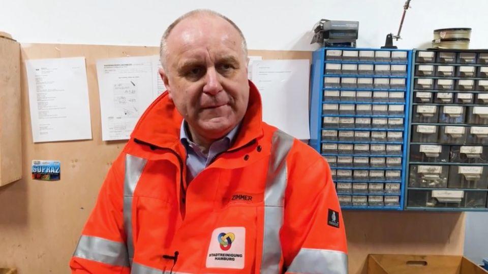Recyclinghof-Leiter Dirk Zimmer in einem Büro