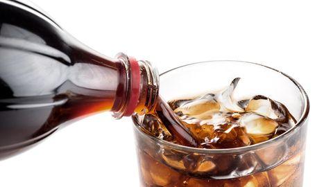 Cola wird in Glas gegossen