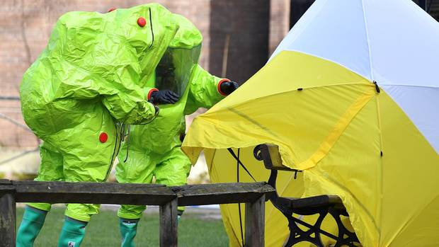 Experten untersuchen die Bank in Salisbury, auf der Ex-Doppelagent Sergej Skripal und seine Tochter Julia vergiftet lagen