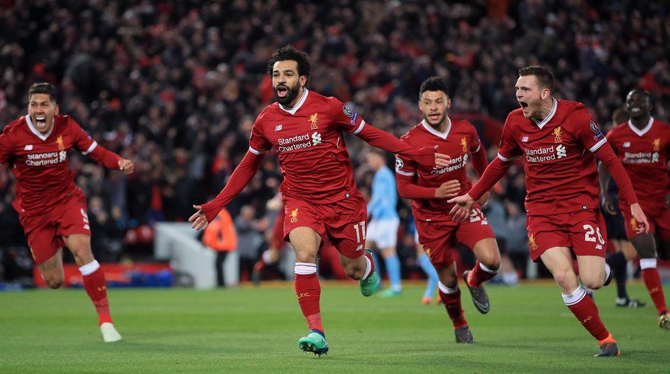 Spieler des FC Liverpool feiern enthusiastisch das 1:0 durch Mohamed Salah im Champions-League-Spiel gegen ManCity