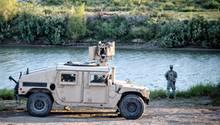 Ein Mitglied der Nationalgarde steht am Fluss Rio Grande an der Grenze zwischen Texas und Mexiko (Archivbild)