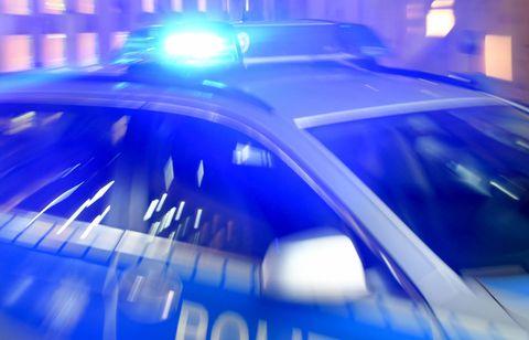 Die Polizei in Wuppertal hat es mit zahlreichen Anzeigen von Frauen aus Remscheid zu tun: Ein Unbekannter fotografiert sie und montiert ihre Gesichter in aufreizende Nacktfotos (Symbolbild).