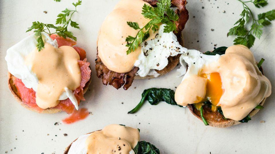 Pochierte Eier, mit Bacon, Spinat oder Räucherlachs unterfüttert und mit Hollandaise überzogen
