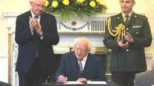 Irlands Präsident Michael D. Higgins unterzeichnet in Dublin die posthume Begnadigung von Myles Joyce