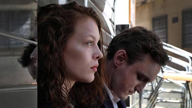 """Im Film """"Transit"""" verlegt der Regisseur Christian Petzold die Handlung eines Romans von Anna Seghers in die Gegenwart. An der Seite von Beer spielt Franz Rogowski. Kinostart: 5. April 2018"""