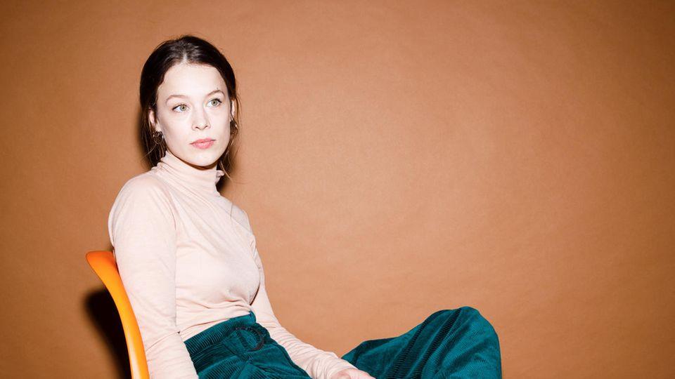 Grüne Augen, grüner Samt: Paula Beer im Fotostudio in Berlin-Friedrichshain