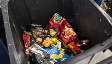 Eine Mülltonne mit Verpackungsmüll