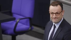 Gesundheitsminister Jens Spahn am Rednerpult im Bundestag - Fragen und Antworten zu seinen Thesen zur inneren Sicherheit