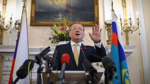 Russlands Botschafter Alexander Jakowenko getikuliert während seiner Pk zum Fall Sergej Skripal in London