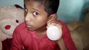 Junge Indien Glühbirne