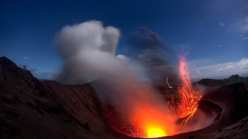 """Den Yasur Vulkan nennet man auch den """"Leuchtturm der Südsee"""". Er war der Grund, warum Captain Cook 1774 die Insel Tanna in Vanuatu fand. Den Vulkan besteigen durfte er allerdings nicht - denn laut den Einheimischen ist der Vulkan Sitz der verstorbenen Seelen und somit heilig."""