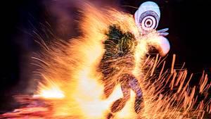 Beim Feuertanz springen die Tänzer vom Volk der Bainings mit nackten Füßen durch das Feuer. Nur initiierte Tänzer dürfen dieMaskentragen, die traditionell nach jedem Tanzzerstört werden.