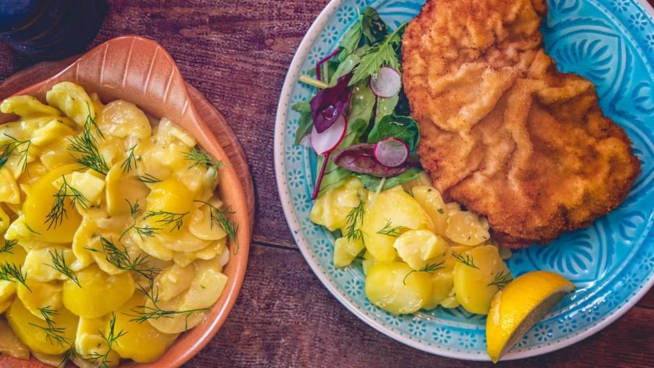 Österreich: Wiener Schnitzel  Es ist das Nationalgericht Österreichs und nur authentisch, wenn es mit Kalbfleisch zubereitet wird. Dazu schmeckt Kartoffelsalat. Hier geht's zum Rezept!