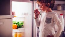 Eine Kühlschrank ist von Isolationsmaterial umgeben, wenn es Feuer fängt, brennt die Küche lichterloh (Symbolbild).