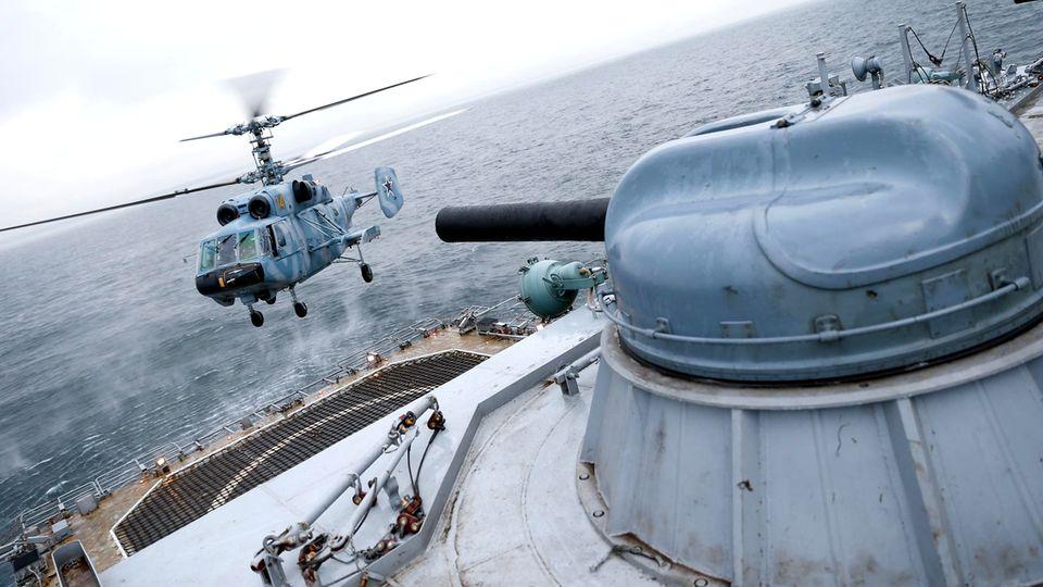"""Russland: Ein Hubschrauber landet an Bord eines """"Iwan Gren""""-Schiffes."""