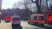 Am 7. April sind in Münster mehrere Menschen gestorben, als ein Kleintransporter in die Menschenmenge fuhr. Fahrzeuge der Rettungsdienste und Feuerwehr stehen in der Innenstadt von Münster.