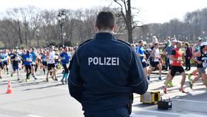 Die Polizei in Berlin hat einen Anschlag auf den Halbmarathon verhindert, bei dem am Sonntag rund 36.000 Sportler und Tausende Zuschauer unterwegs sind