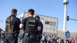 Polizisten am Rande des Halbmarathon in Berlin