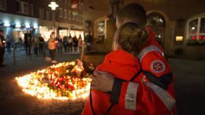 Menschen trauern am Tatort in der Innenstadt von Münster