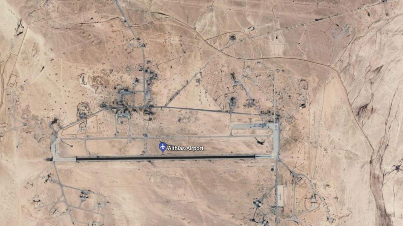 Ein Satellitenbild zeigt den Flughafen Althias aus großer Höhe. Er hat eine Startbahn und liegt inmitten der Wüste