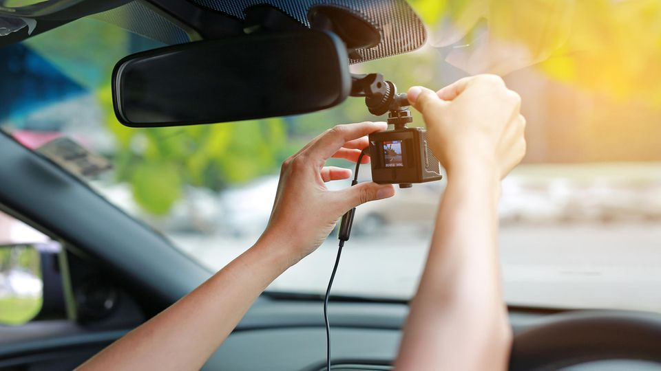 Eine Dashcam im Auto