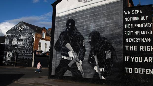 Wunden, die nicht heilen: In der Shankill Road in West Belfast werden auf Wandgemälden protestantische Paramilitärs gefeiert; ein paar Dutzend Meter weiter, auf der katholischen Seite der Mauer, wird der IRA gedacht