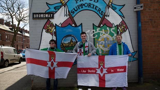 Fans der Nationalmannschaft zeigen ein Symbol der nordirischen Unionisten: die rote Hand von Ulster