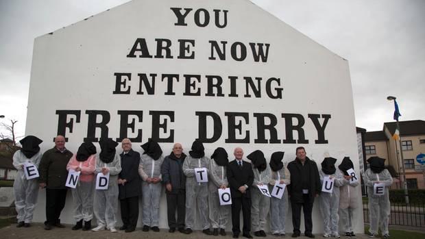 """Der Kampf geht weiter: Die """"Hooded Men"""" bei einer Mahnwache in Derry. Sie kamen 1971 in Haft. Und wollen ihre Misshandlungen gesühnt sehen"""