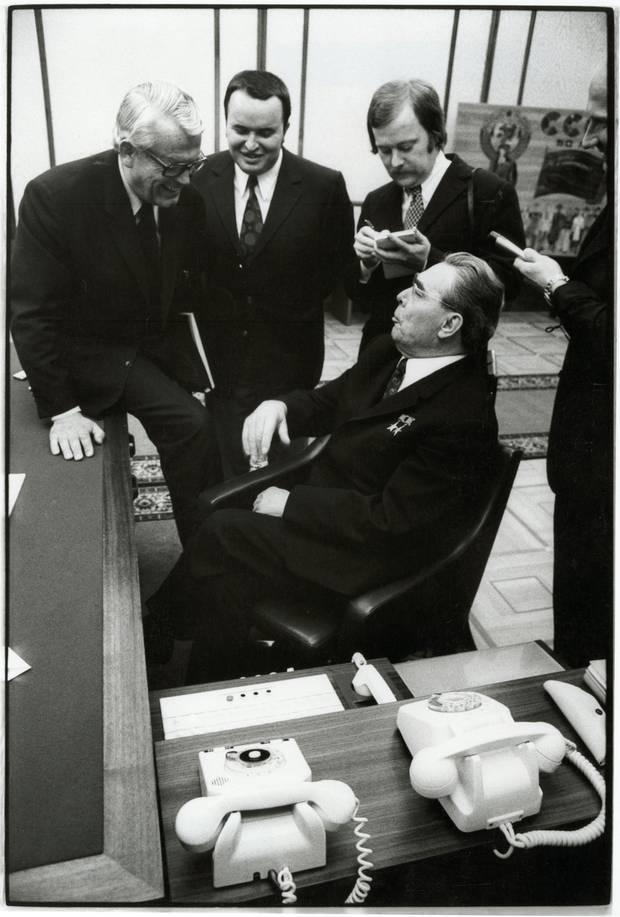 Henri Nannen auf dem Schreibtisch von Leonid Breschnew